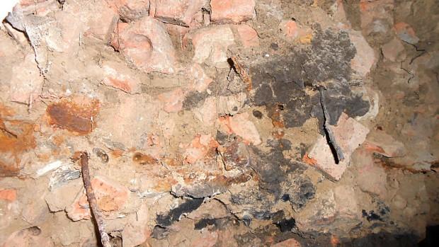 Вот такой фундамент был под двумя стенами. Битый кирпич, перемешанный с глиной. Никакого цемента