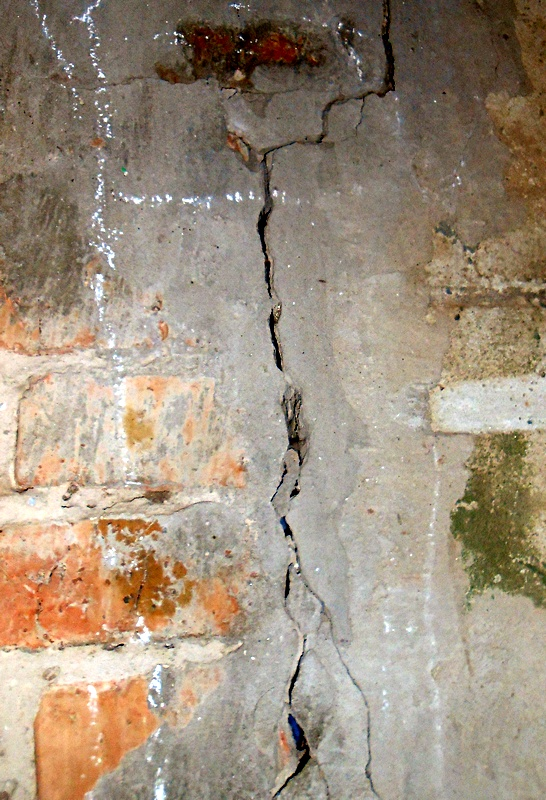 Трещины на стенах дома, верный признак просадки фундамента